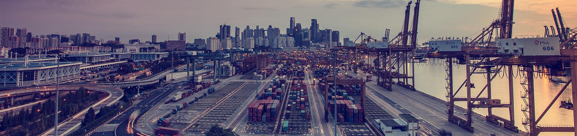 Foto van een industrieterrein met een stad op de achtergrond