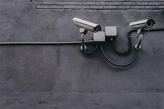 Twee cameras die aan een muur gemonteerd zijn